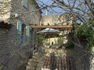 Charme d'une maison en pierres,  village medieval parc du luberon