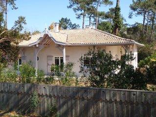 Villa with large garden, sleeps 6, quiet between Basin and ocean