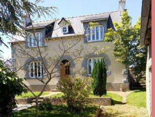 Grande maison avec parc arboré, dans un petit village breton à 4 km de la mer