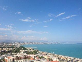 Marina insolite, complexe touristique de luxe Cote d'Azur, vue panoramique mer