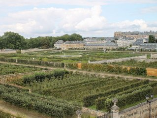 3-room flat, Saint-Louis district, views of the potager de Roi vegetable garden