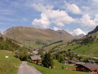 Studio, sleeps 4, quiet, in a chalet on the slopes