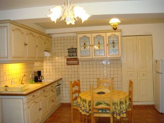 Character apartment, 200 meters from the medieval city. Parking Privé.4. PERS