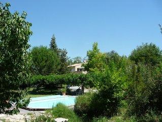 Meublé T2 (3 étoiles) avec terrasse et piscine dans le Luberon Côté Sud.