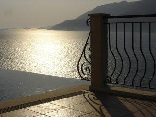 Villa luxueuse avec piscine débordante privée et vue sur la mer