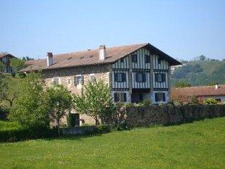 A Sare, appartement de caractere de 400 m2 dans maison basque typique 6 chambres