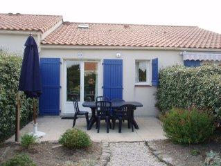 Small house, 300 m beach, sleeps 6, shared swimming pool