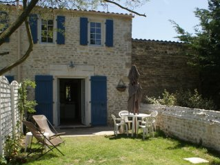 The charm of the stone house with garden, 5 minutes from the ocean, Wifi