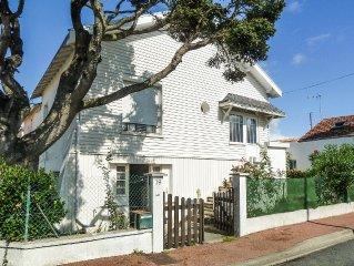 villa avec jardin à 200m de la plage, composée de 2 appartements,chacun 4 lits