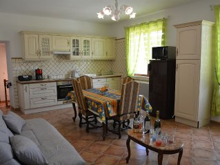 Stylish apartment 200m from the entrance to the city. Private parking. 4 people