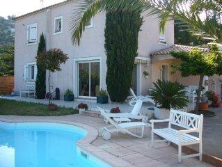villa de standing avec piscine et jardin