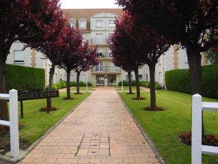 Aux portes de Deauville ,app rez de jardin ,piscine ,tennis,300 mde la plage,