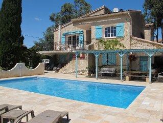 Spacieux haut de villa 80 m² grande terrasse,  piscine, parking,  boulodrome.