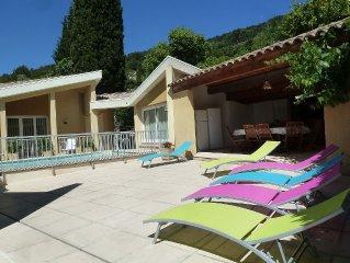 Cote d'Azur, villa climatisee, patio avec grande terrasse et piscine centrale