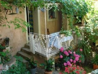 Maison au coeur du village dans un havre de paix et un ecrin de verdure. Repos!!
