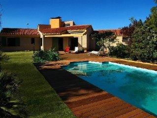 Villa de caractere, lumineuse, avec piscine privee et jardin paysage