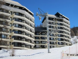 Studio avec vue dégagée sur les montagnes, casier à ski, direct sur pistes