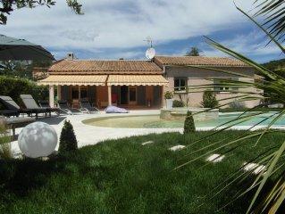 Villa Très Calme avec Piscine et Jaccuzzi dans un Espace de Verdure .