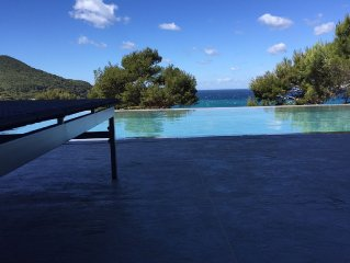 Sea views, mirror pool, modern architecture, 5-min walk to La Madrague Beach