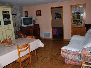 Appartement rez de chaussee avec jardin au calme, dans maison ancienne renovee.