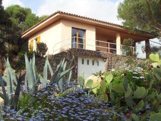 villa lumineuse sécuriséee en haut d'un beau jardin, belle vue mer, proche plage