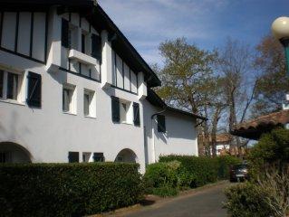BIARRITZ, bel appartement, jardin, proche mer, golfs et ville 4 personnes