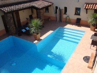 Bel appartement au 1er étage d'une propriété avec piscine chauffée et jacuzzi