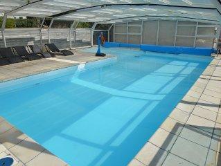 Chaleureux duplex avec vue mer du salon et piscine situe a Le Conquet