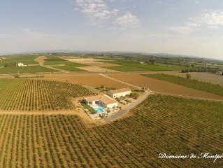 Villa contemporaine domaine viticole avec piscine a debordement