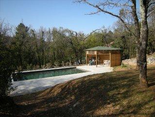 Charme atypique parc boise pour famille, gde piscine, +2 ch/cabanes dans l'arbre
