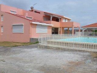 Grande villa avec piscine privée dans quartier calme et ventilé
