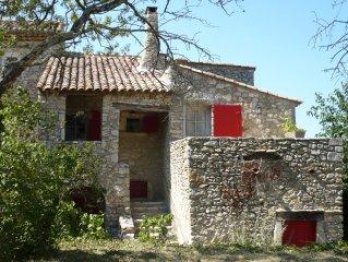 La Maison du Rempart a LUSSAN, medievale, en pierres du pays