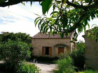 Perchee sur les coteaux, maison en pierre restauree dans la tradition
