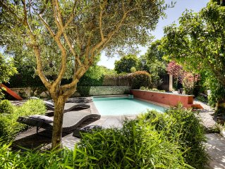BATISSE ANCIENNE Piscine, Jardin et Terrasse vues vers  GORDES  et JOUCAS