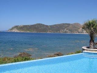 Cette Villa Pied dans l'eau,sa  piscine a debordement sera votre paradis