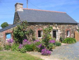 Maison à 700 m de la mer, plein sud, jardin arboré, wifi,1 chambre, 2 personnes