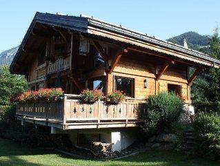 luxueux chalet savoyard traditionnel en bois dote d'un spa et d'un sauna