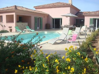 Villa + piscine dans cadre de verdure, à prox des plages