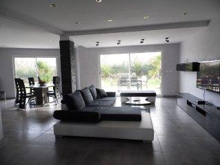 Villa contemporaine tout confort dans quartier résidentiel