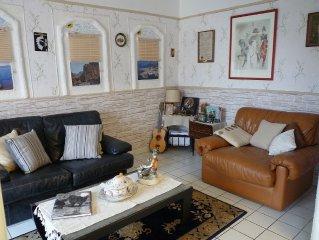 A louer appartement ensoleillé et calme avec touche 'art naïf' pour 2 personnes