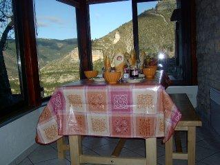 Habitat traditionnel lozerien agrandi par une belle veranda calme et repos assur