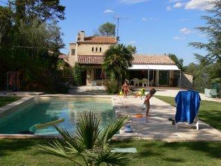 Une villa toute equipee avec piscine et jardin au milieu de la foret