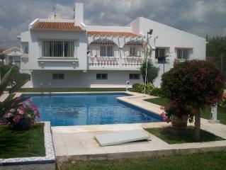 villa 200 m de la plage avec jardin, piscine et tennis privés. WIFI