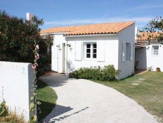 Près du port et du marché notre maison agréable et spacieuse dans jardin arboré