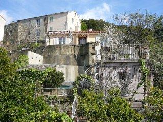 Villa ensoleillée avec vue imprenable sur le village et la mer