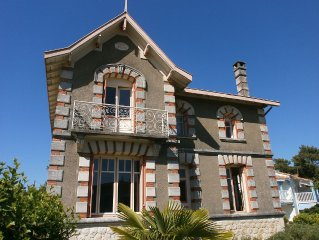 Belle villa 5 mins à pieds plage et tous commerce, marché, restaurants. 12p. 5ch