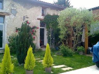Ancien chai rénové en maison de charme en pierre avec charmant jardin de 100m2
