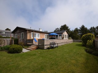 Gearhart Getaway: Hot tub, BBQ, Firepit, ocean views, large yard, walk to beach.