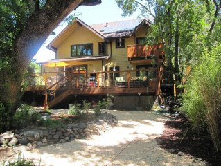Stunning new home on creek, with spa, 5min walk to wineries & top restaurants