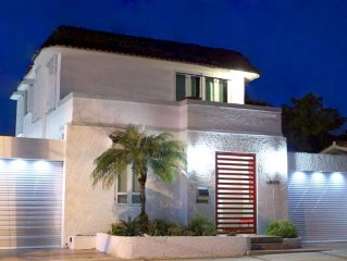 Trendy Beach Apartment Villa/BIG GROUPS/Steps from the Beach/Free Parking